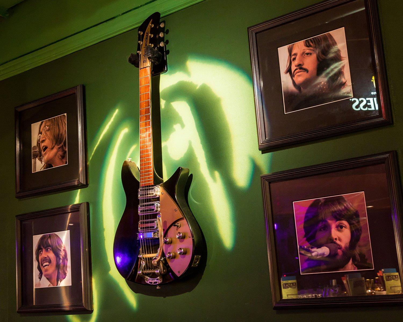 ジョン・レノンの代名詞と言えるギター(リッケンバッカー325)の同モデル。