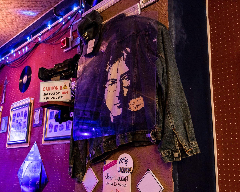 出演バンドがプレゼントしてくれたという、オノ・ヨーコサイン入りジャケットは超貴重。
