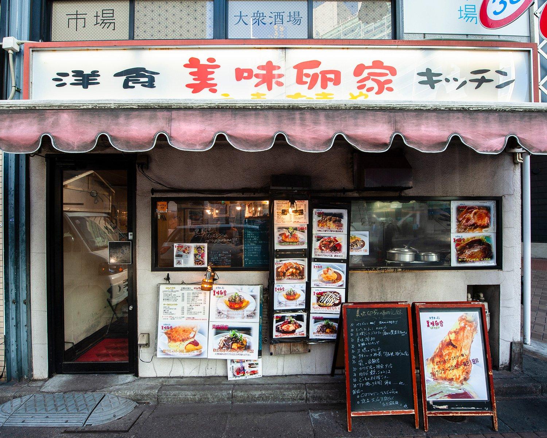 神田の高架下に開店して14年。小さな店はいつもいっぱいだ。