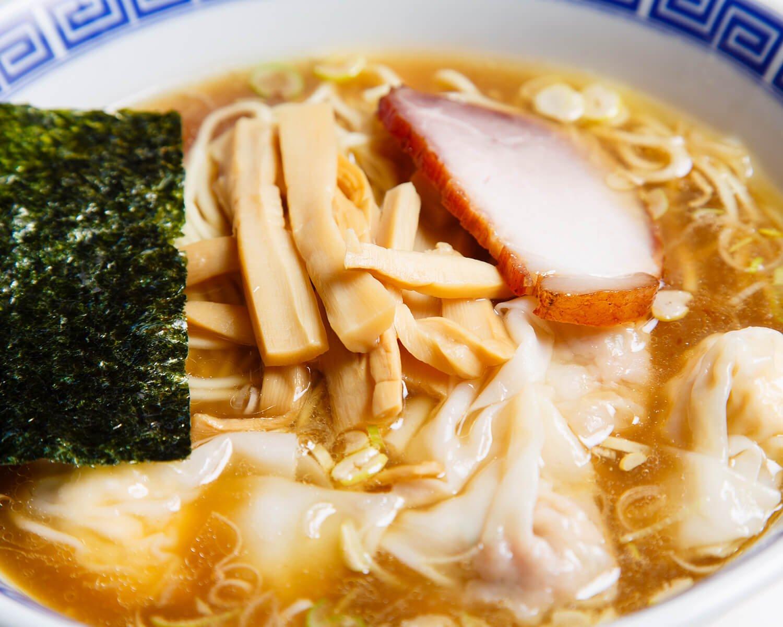 ワンタンメンミックス1190円を食べれば、ワンタンの概念が変わる。ワンタン780円をつまみながら一杯飲むのもいいだろう。