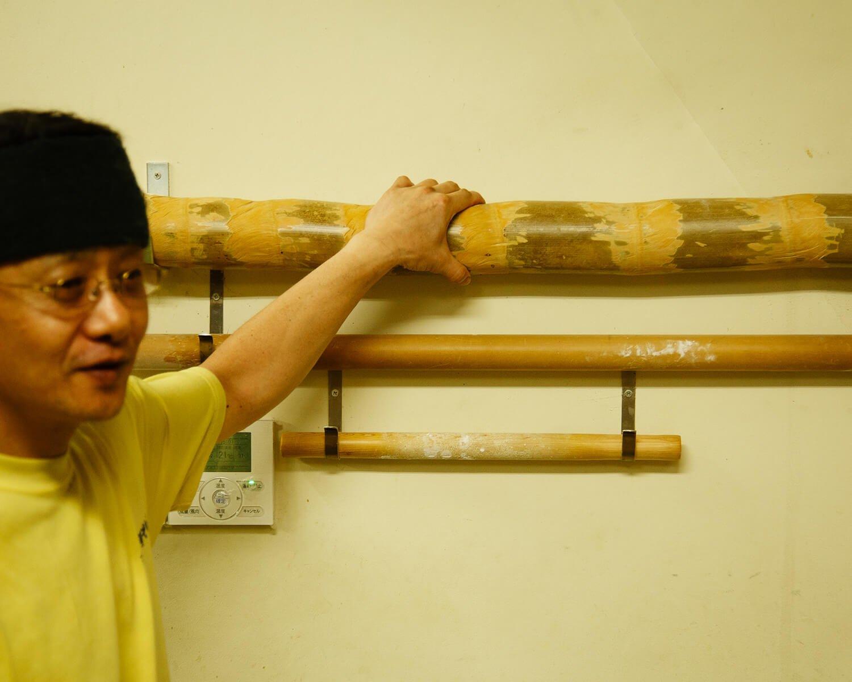 孟宗竹で打つことで独特の縮れとコシが出る。