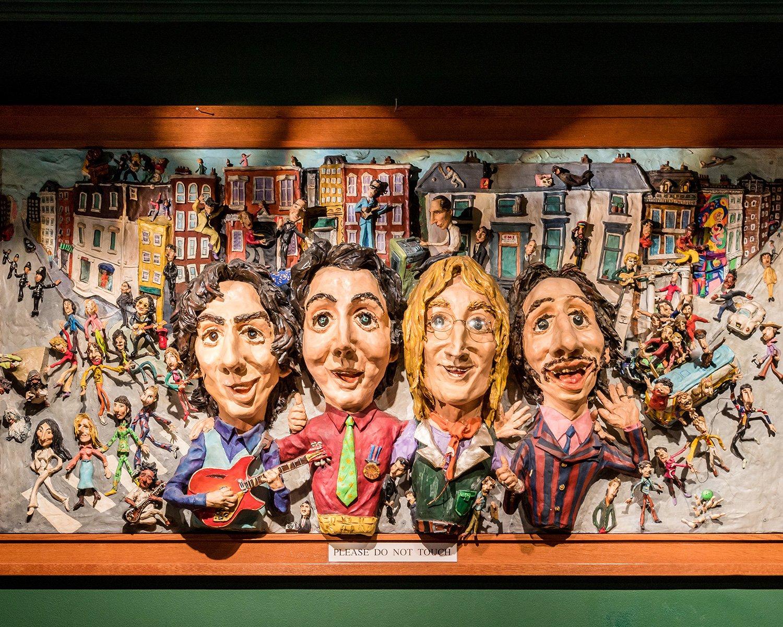まるでビートルズ博物館のような店内には、所狭しとビートルズの写真やメモラビリアが飾られている。4人を模したオブジェが印象的。
