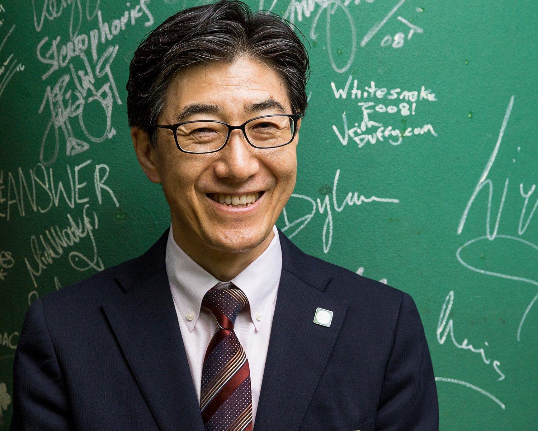 上品な笑顔が素敵な総支配人の東幸弘さん。お店の隅々まで心配りが行き届いており、心地よい空間でビートルズの音楽を楽しむことができる。