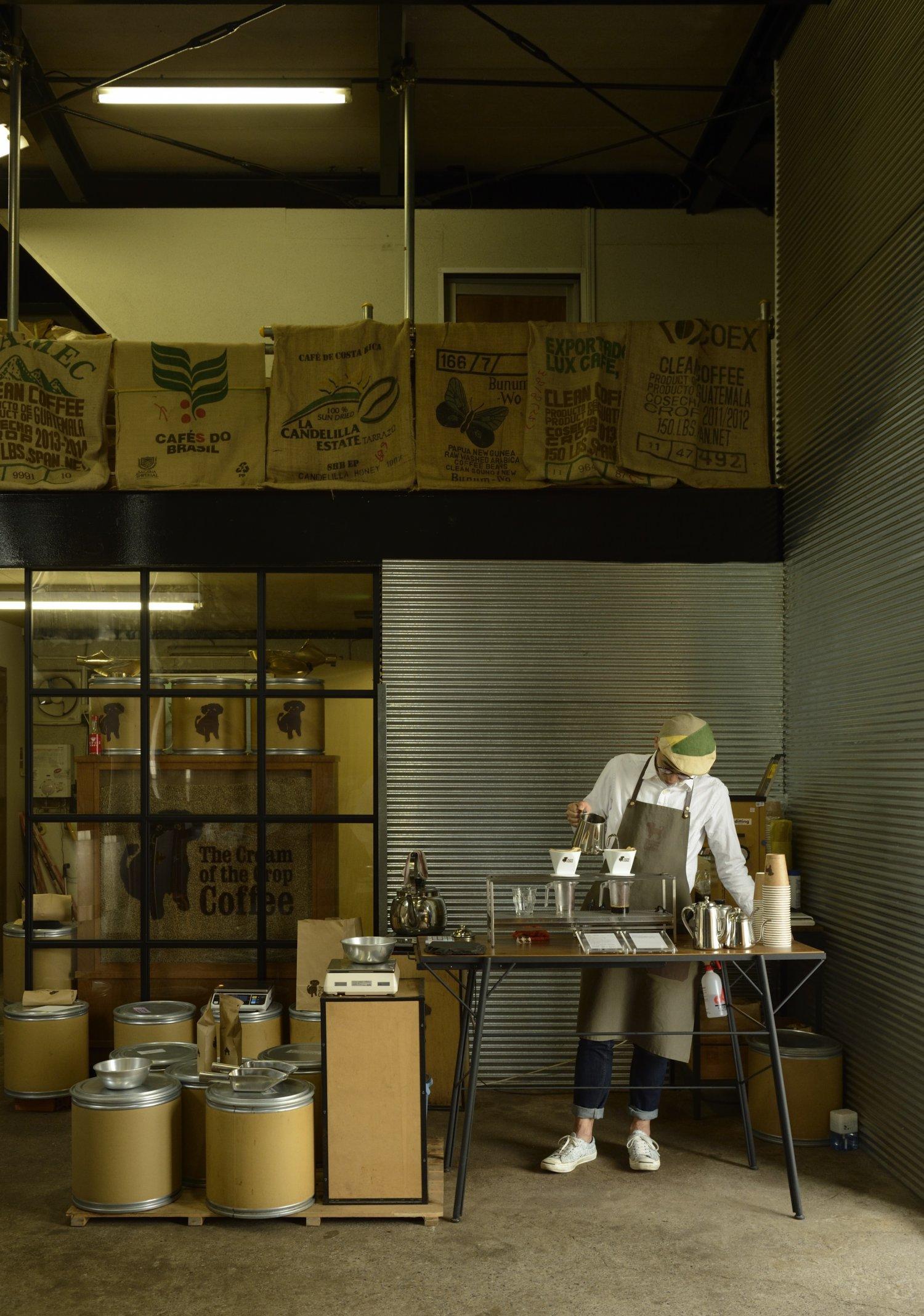 焙煎、発送、接客まで担当する焙煎士の板原昌樹さん。