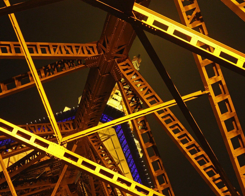 東京タワーの脚の下から、東京タワーに邪魔されながら東京タワーを見る。