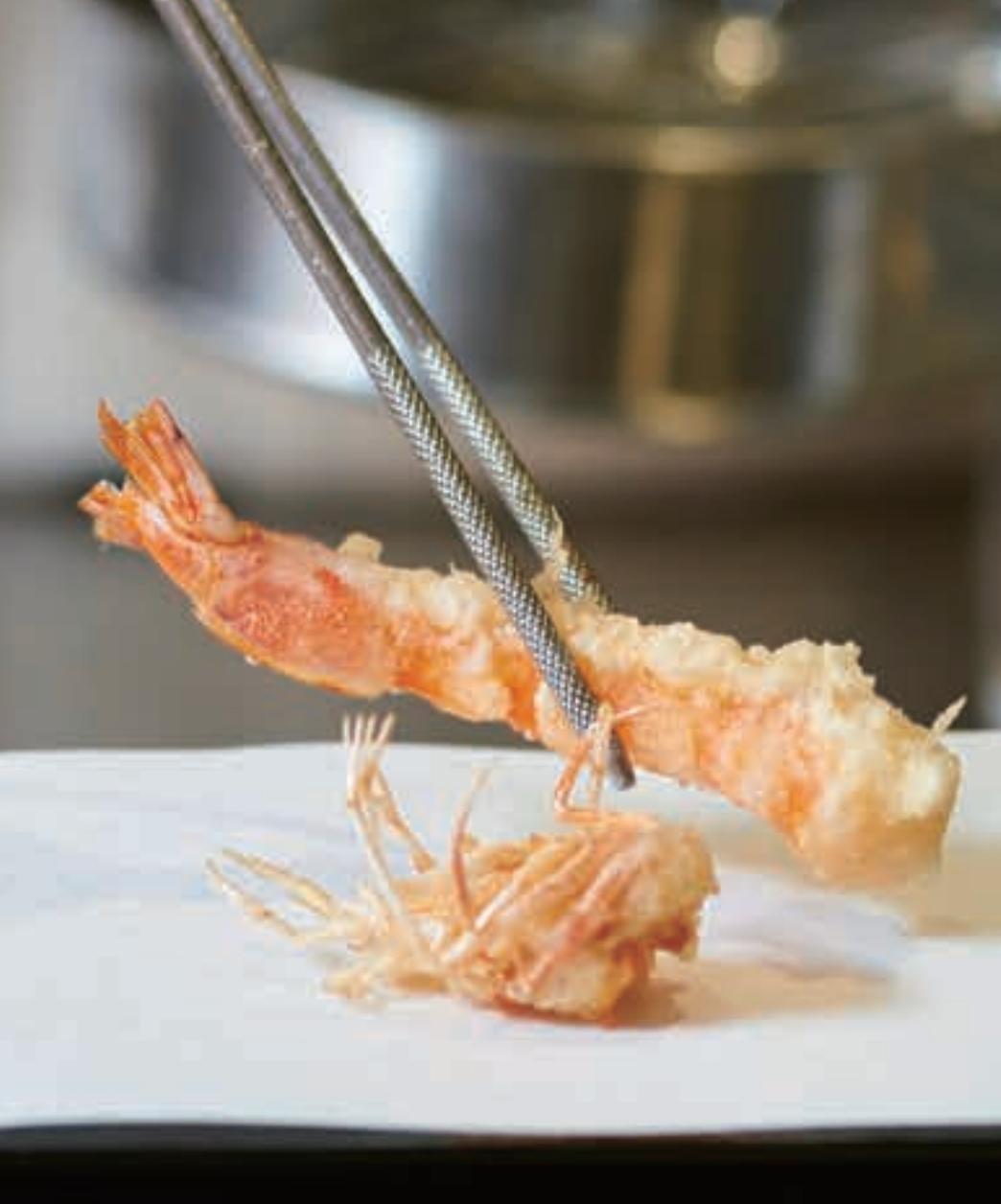 昼の一番人気は、活巻えびの入った本日のおまかせ天ぷら定食(3500円)。