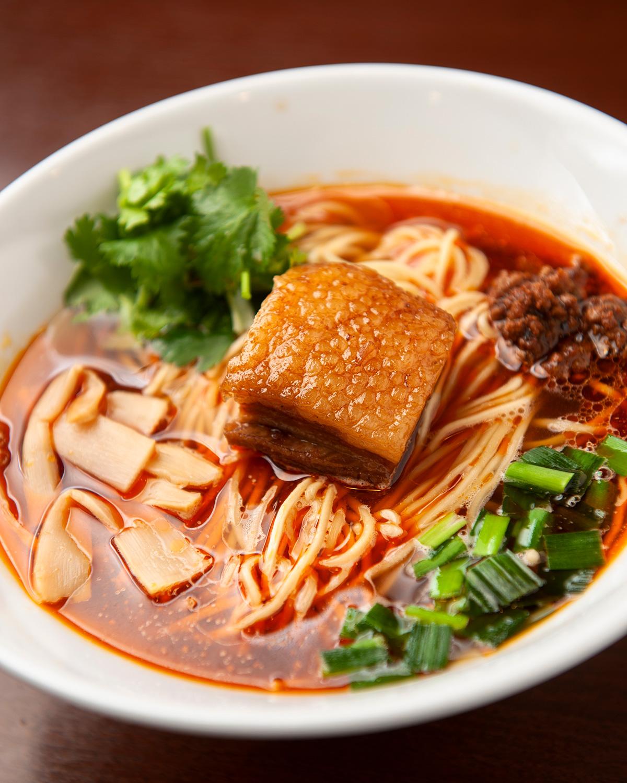 中華そばをベースに黒酢と辣油でアクセントを加えた紅湯麺800円。