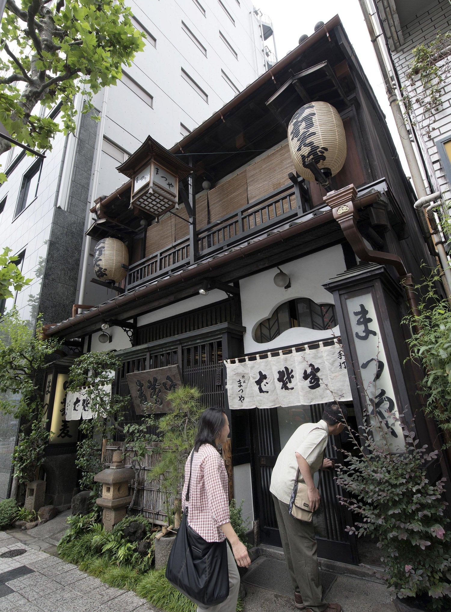建物は東京都選定の歴史的建造物になっている昭和2年(1927)建築の木造2階建て