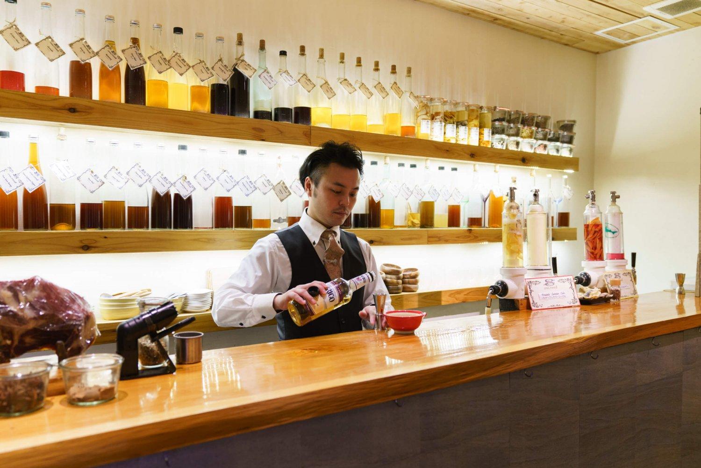 右にあるのがランドルフィルター、壁側には漬け込み酒が並ぶ。