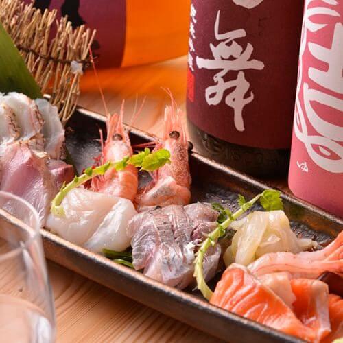 鮮魚と〆ものを組み合わせた刺し身は8種盛1人前1320円、写真は2人前。
