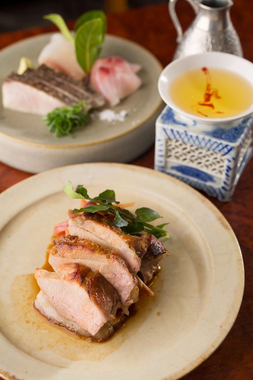 猪のモモ肉のソテー手製ウスターソースかけ1900円。添えた赤玉ネギのアチャールと相性、絶妙! サワラ酢締めの炙りなど、刺し身3種盛り1300円。日本酒750円(150ml)~。