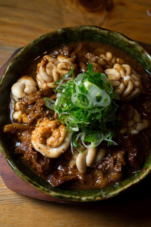スジと鱈の白子の土手煮。旨味がギュッと詰まった宮崎の希少な尾崎牛を使用。