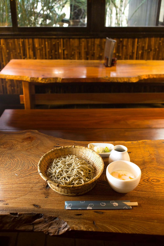 手打ち十割玉子だれそば1200 円は、そばつゆを好みで加えて。白身と黄身がよく絡む。
