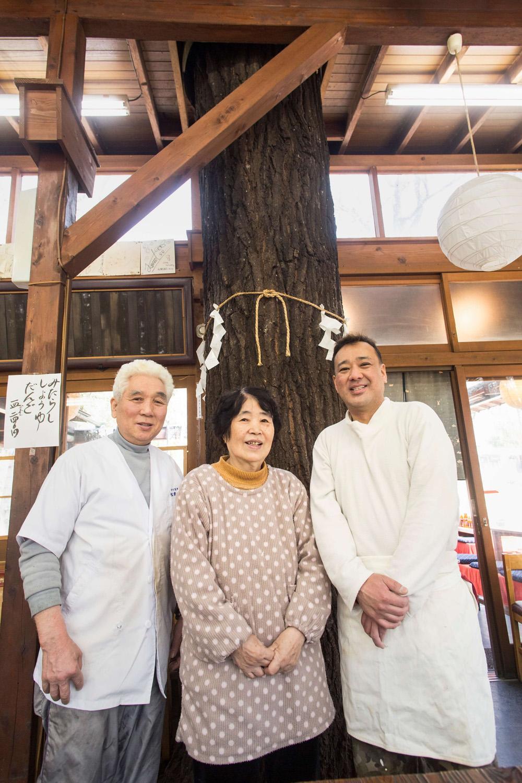 樹齢推定200年、店の神木の前で。