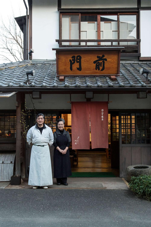 深大寺の歴史にも詳しい浅田修平さんと知恵子さん。