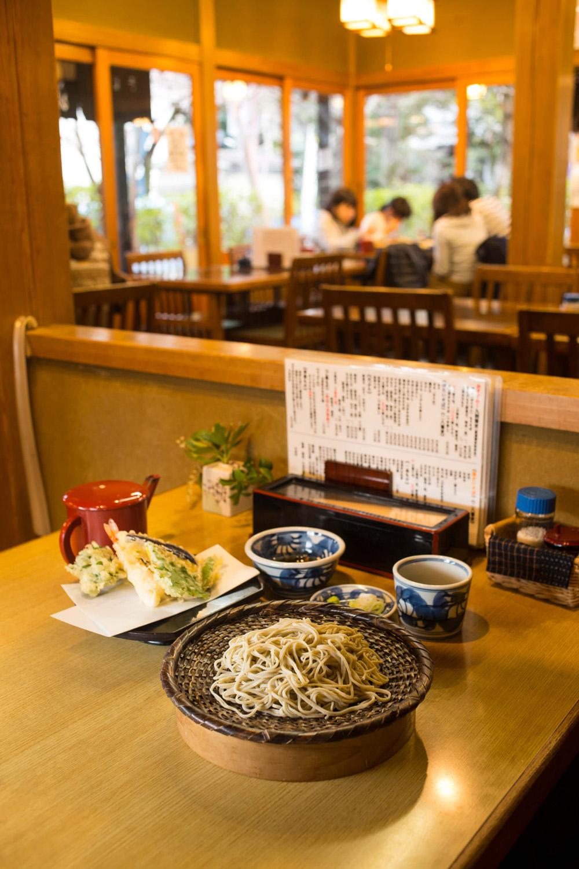 湧水天もり1500円は、九割の手打ちそばと、薄衣をまとうサクッと軽い天ぷら。天つゆ付き。