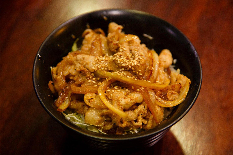 24時から登場する日替わりの深夜食堂メニュー。この日は生姜焼き丼600円。
