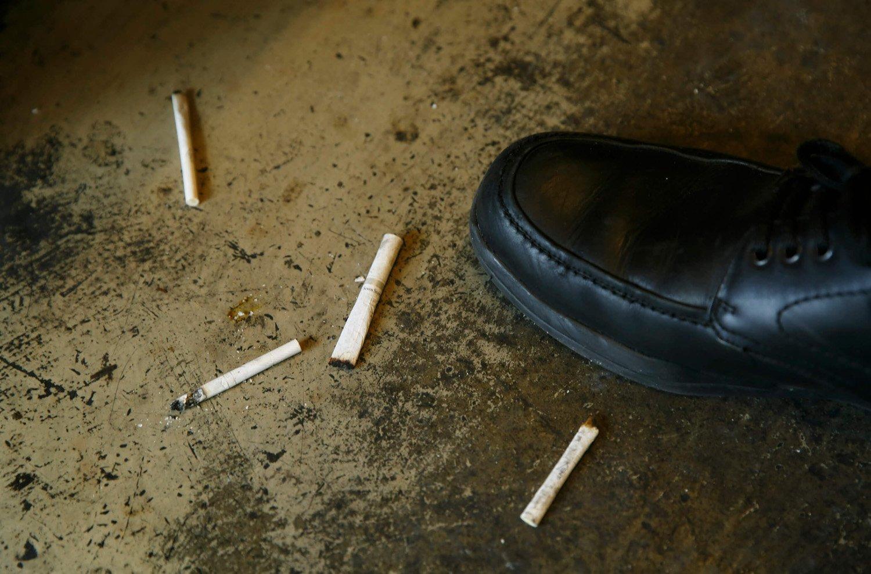 たばこは床にポイステがルール。灰皿をおかない分、卓が広く使えるように、という理由。