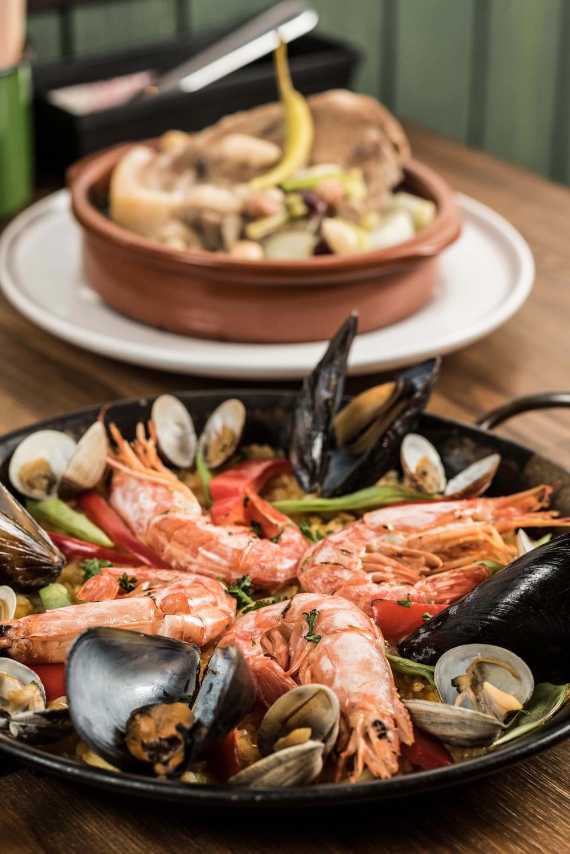 魚介類のダシがしっかり染み出た地中海風のパエリアはまさに本場の味わい。