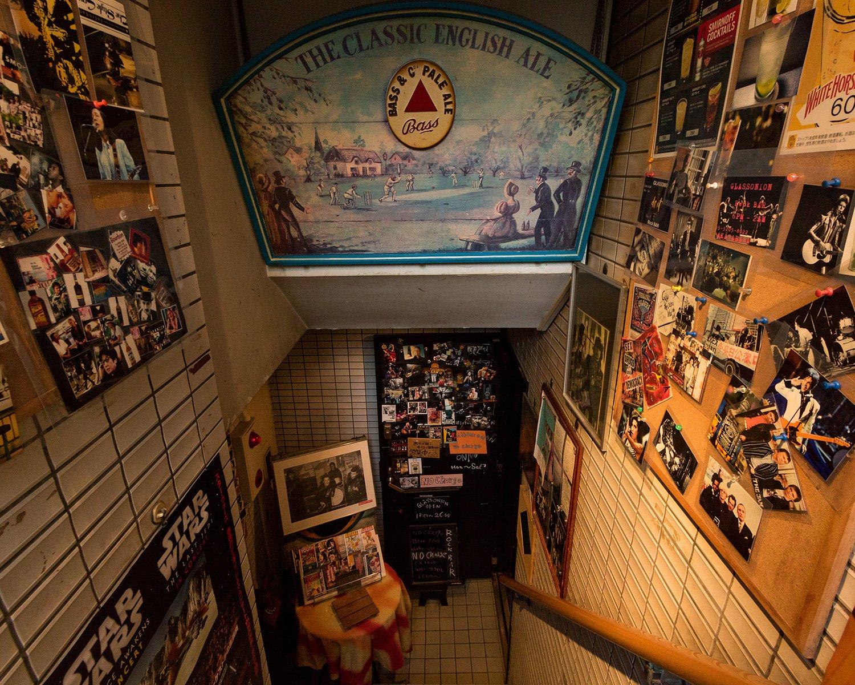 ビルの入り口から地下に降りていく階段の壁には、ビートルズをはじめとするロックスターのポストカードや写真が所狭しと飾られている。