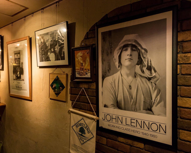 店名に由来して、ジョン・レノンのソロやジョンがメインに映るポスターが飾られている店内。なかでもこのポスター(写真右)は貴重だそう。