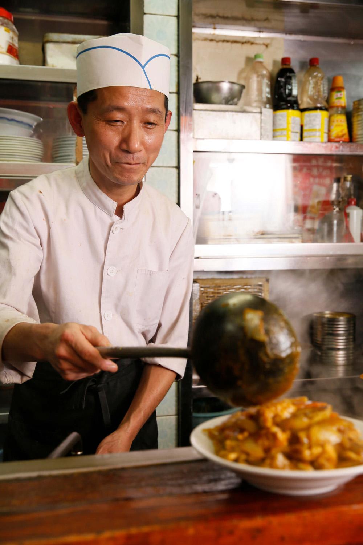 中国のホテルでも働いていたスタッフの銭宏(センホン)さん。カレーライスのほか、カレーがのったカレーラーメン840円もある。