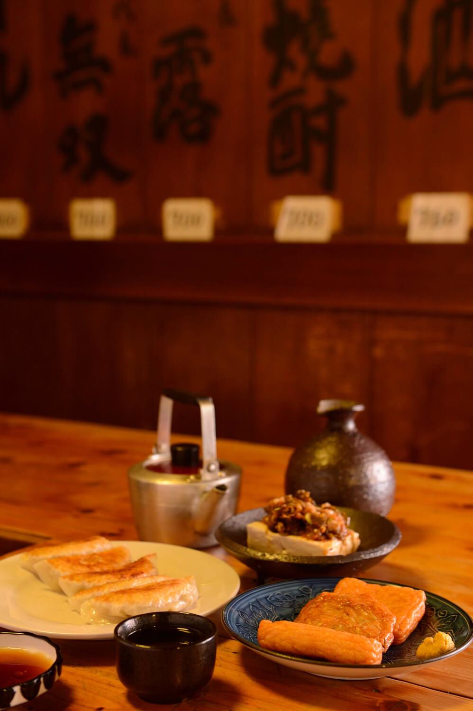 上海に留学経験をもつ初代が品書きに加えた炒豆腐660円。きびなご丸干し550円、さつま無双770円など。