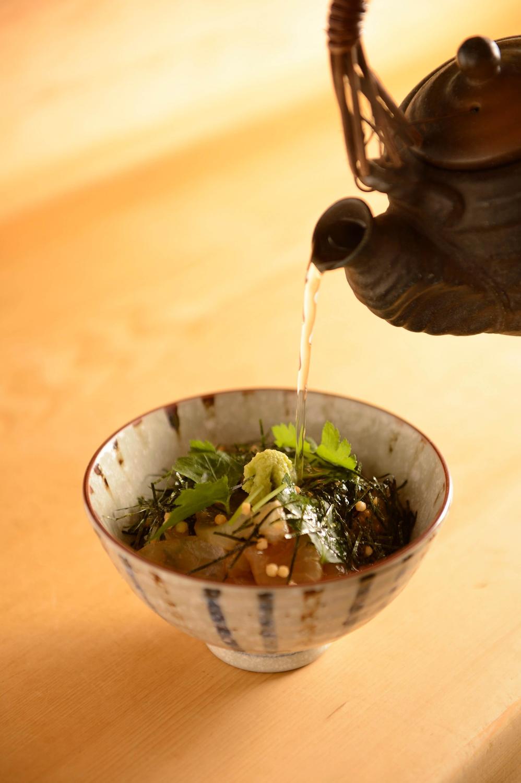 4鯛茶漬けは、最初は刺し身で、ご飯が半分ほどになったら煎茶を注いでお茶漬けで。