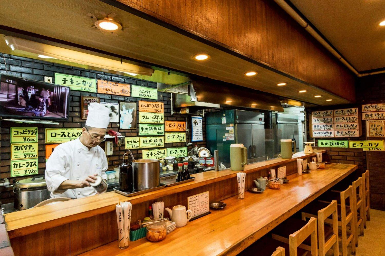 浅草生まれの義さん。息子の允さんと店を切り盛りする。鉄板ものも人気。