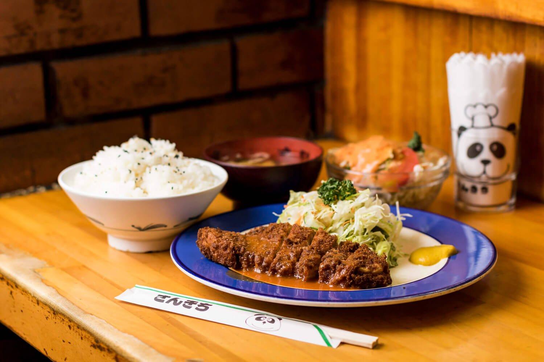 ロースとんかつ定食1080円。ごま塩のご飯はかなりの量。