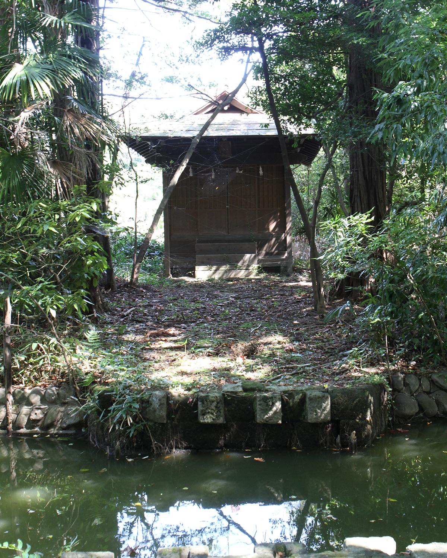 上の池の中島に立つ市杵嶋神社。例祭日の4月8日だけ橋が架かる。