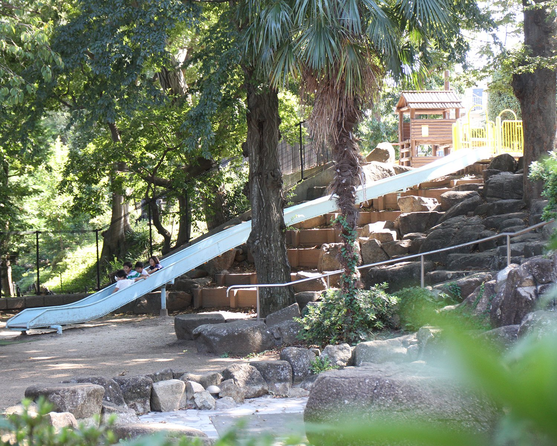 井荻公園。原寺分橋~原橋の間の斜面を利用して、すべり台を設置。善福寺川が削った谷地の南西側斜面と思われる。