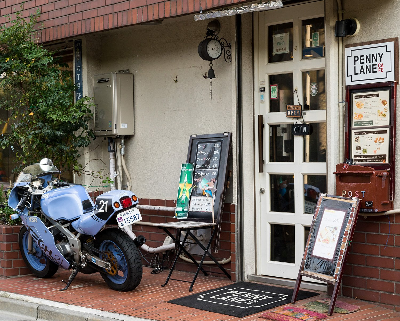 角地で花壇のあるお店にしたかったという店主。オシャレな玄関で、女性客も入りやすい。