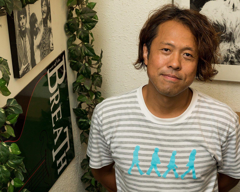 若い頃から音楽に熱を入れた店長、諸橋賢さん。「裏方でもいいから音楽に関わる仕事をしたかった」と話す。