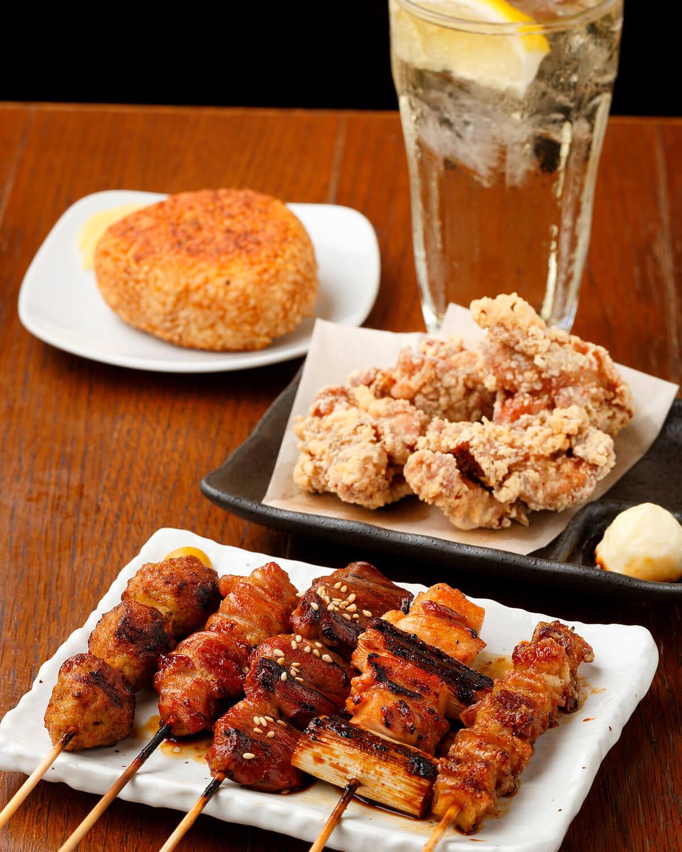 手前から焼き鳥5本盛り750円、鳥のから揚げ650円。新潟県産コシヒカリを使った焼きおにぎり300円は、締めの一番人気。ハイボール450円。