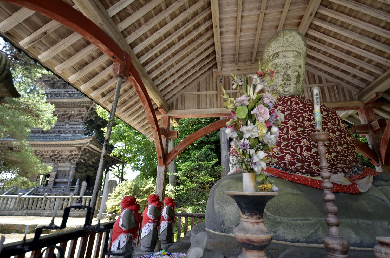 アーチの補強が入った弥勒堂。五重塔は日本唯一の魚鱗一切供養塔。