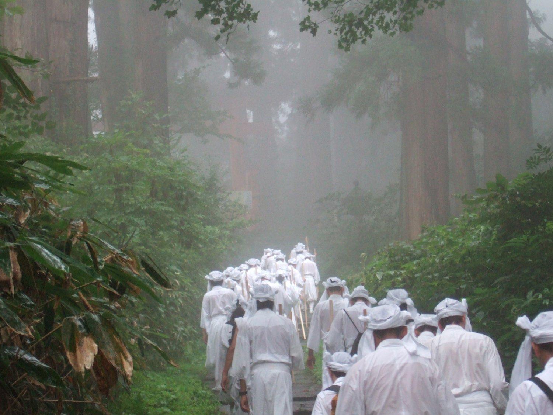 白装束を身に纏い、俗界から離れて山伏の修行の一端が体験できる。