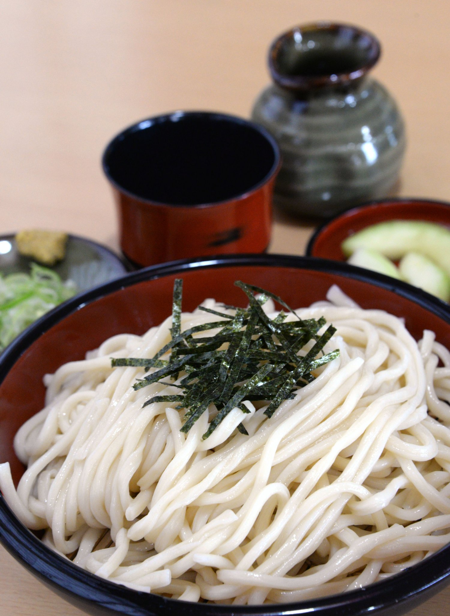 ざる麦切り690円。初夏の漬物はメロン子(摘果メロン)だった。