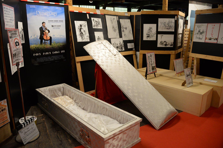 映画『おくりびと』で使われた棺桶の中に入って記念撮影ができる。