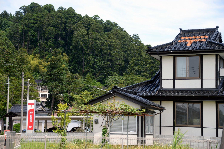 屋根瓦の色を変えて郵便マークを表しているクールな善宝寺郵便局。