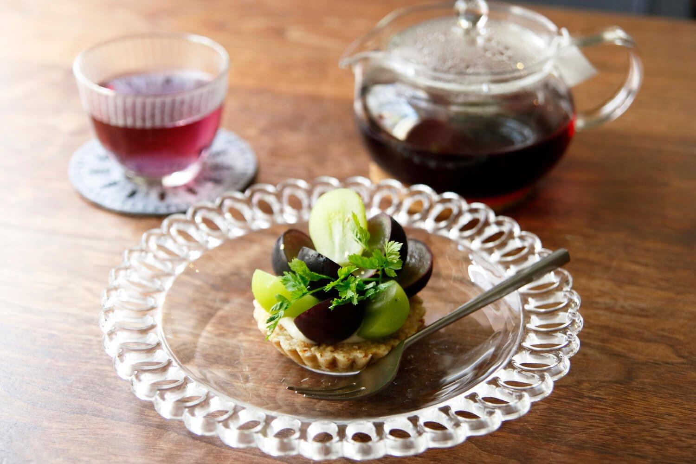 ノンカフェインの黒人参茶500円、季節のロータルト700円は宝石のごとく旬で彩りを変える。写真はブドウ。秋冬は柿、リンゴ、イチゴなど。