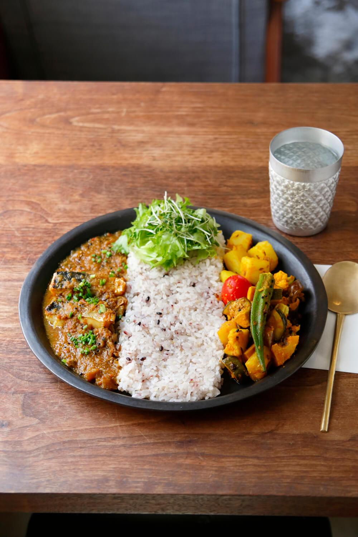 ハーフ&ハーフ1100円。右から、野菜カレー、雑穀米、今週のカレー・トマトベースのサバカレー。