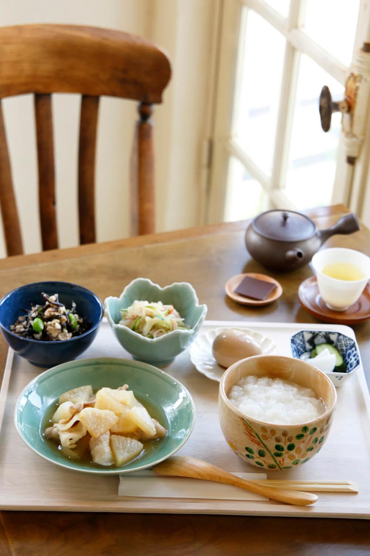 朝セットB(副菜2種)1000円はお茶+チョコ付き。この日は豚バラと大根煮、切り干し大根のサラダとひじきの白和え、おかゆで。