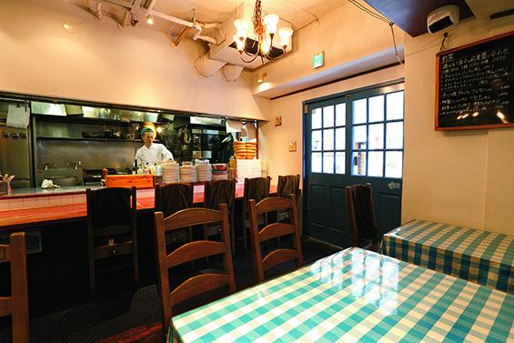 広いカウンターとテーブルが並ぶ店内。夜の名物はローストビーフだ。