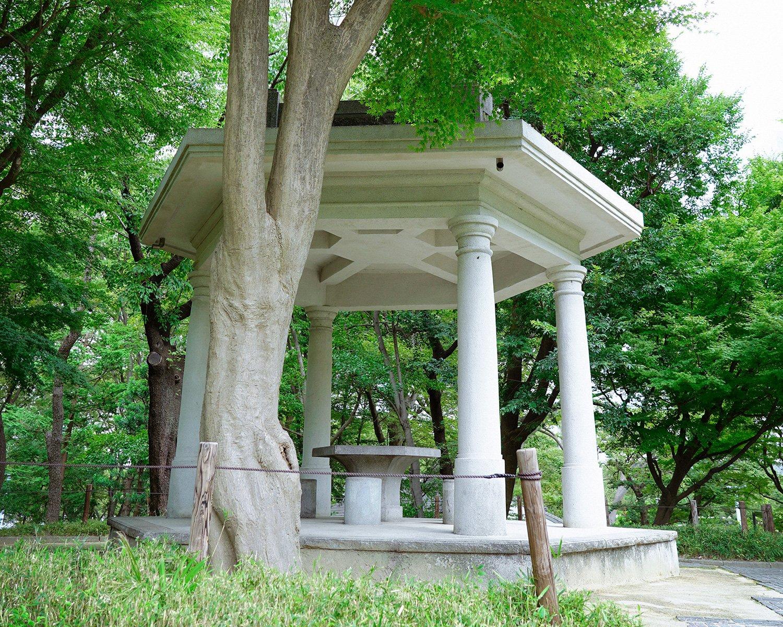公園一の高所・富士見台にある六角堂。