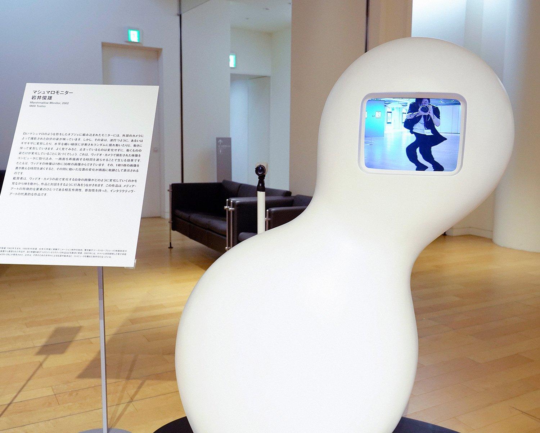 動きに応じて画面の中の自分の姿が変化する! マシュマロモニター 岩井俊雄2002