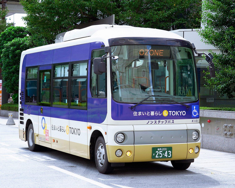 新宿駅西口のエルタワー前から10~15 分間隔で無料バスを運行