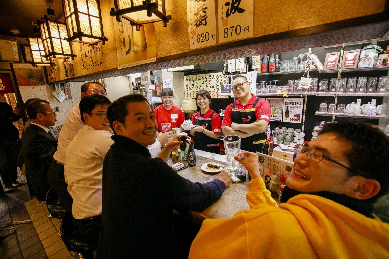 治子さん(中央)や架月さんを中心とした家族経営。「大宮の市場から朝ジメのいいモツが入ってきます」。