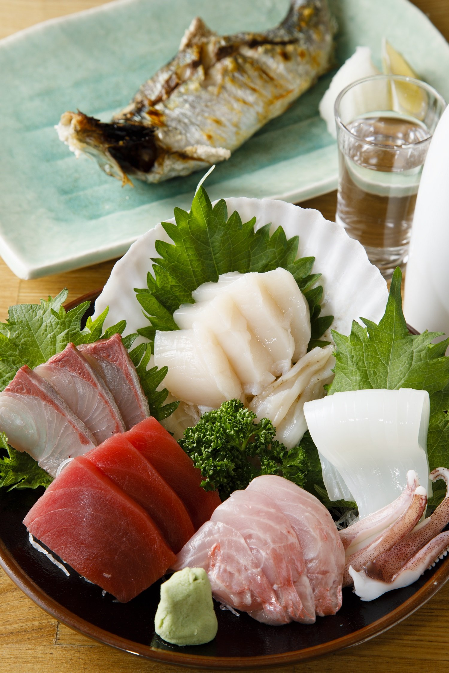 当日は本マグロやキンメなどが並んだ刺身の盛合せ2592円、生にしん焼き756円。上尾の地酒・文楽純米吟醸864円。