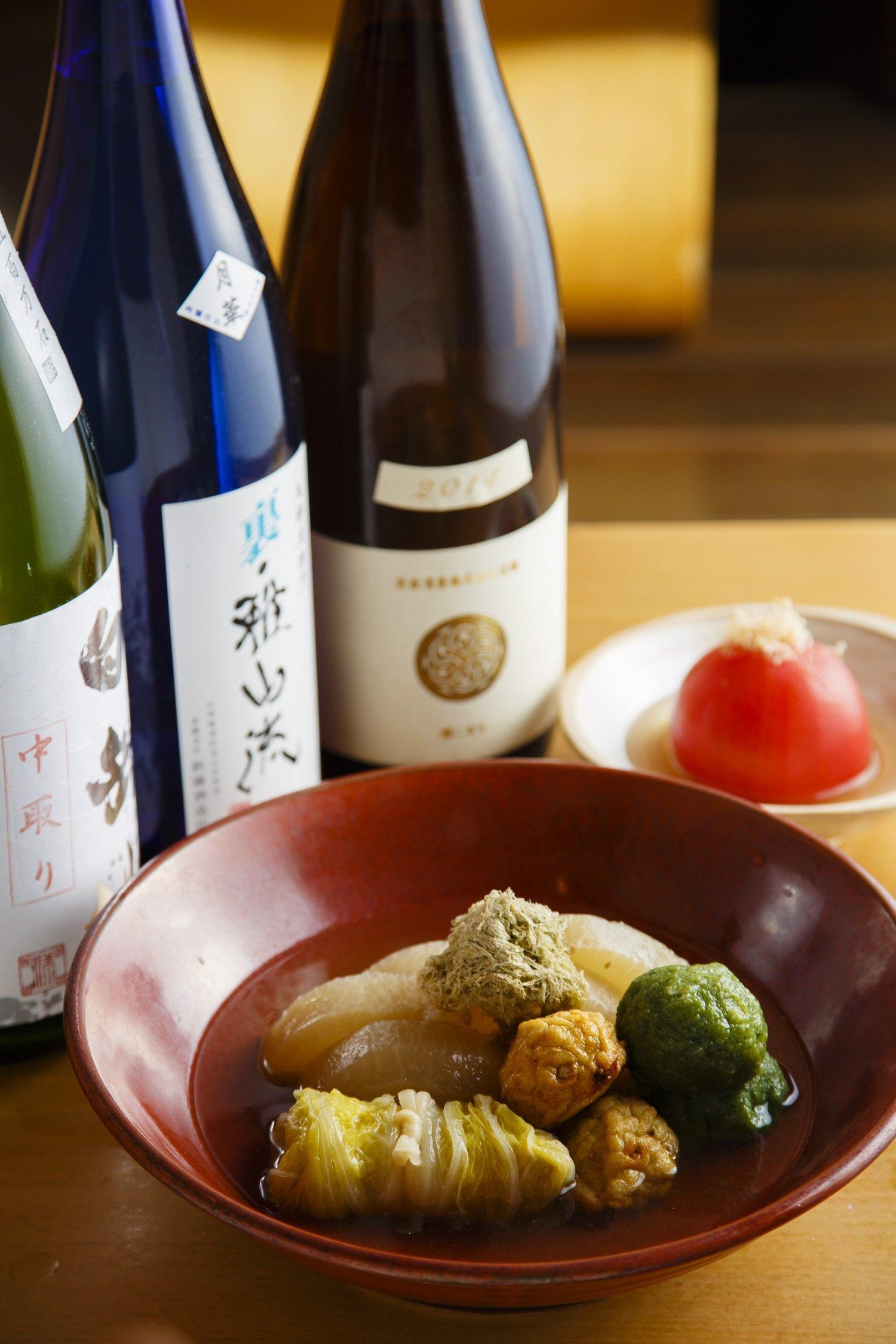 丸ごとトマト630円など。フレッシュで華やかな味の米沢『新藤酒造』の九郎左衛門・裏雅山流など、銘酒とともに。